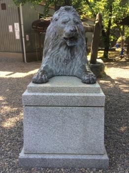 三囲神社ライオン像.JPG